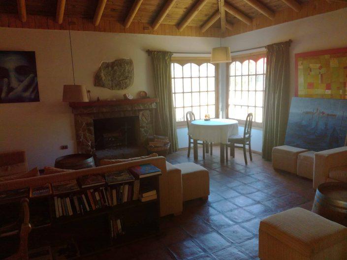 Sala estar con chimenea y libros - La Mirage Parador